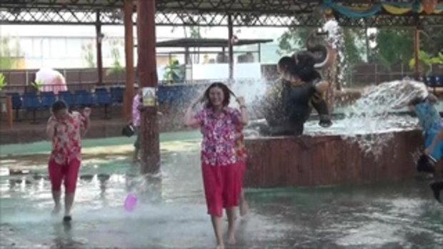 สาดก่อนไม่รอแล้วนะ นักท่องเที่ยวจีนเล่นสงกรานต์สาดน้ำที่เชียงใหม่