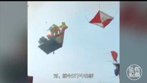 นาทีสยองขวัญ พายุหมุนถล่มสวนสนุกจีน บ้านลมลอยเคว้ง เด็กตาย 2 ศพ