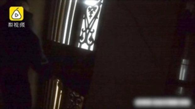 หนุ่มจีนสติแตก สุนัขบุกเข้าบ้าน ปีนขอบหน้าต่างหลบ ร้องไห้โฮกลัวจับใจ