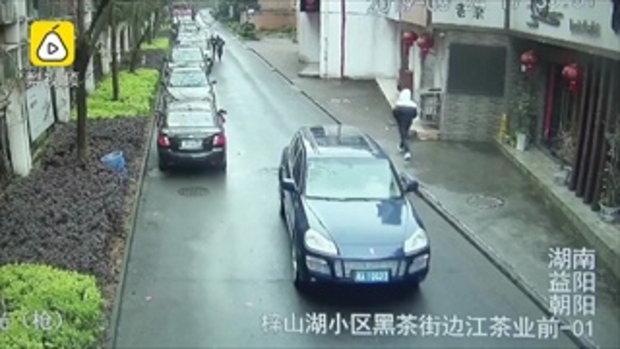 ชายปีนหน้าต่างชั้น 23 หนีตำรวจจับปล้นร้านค้า กลัวจนร้องไห้โฮ
