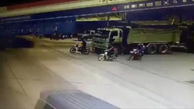 อุทาหรณ์! มอเตอร์ไซค์จอดหน้ารถบรรทุก พอไฟเขียวเจอชนลากทั้งคนทั้งรถ