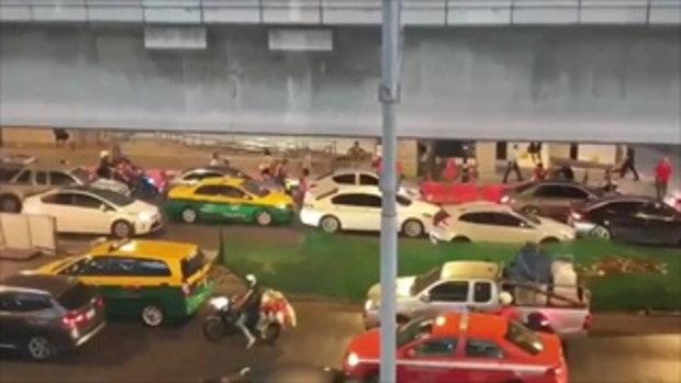อีกหนึ่งฮีโร่ไฟไหม้เซ็นทรัลเวิล์ด แก๊งพี่วินมอเตอร์ไซค์ช่วยเคลียร์ทางให้รถเครนไปช่วยคน