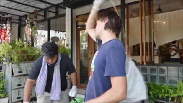 สุโขทัย ชื่นชม 2 นักท่องเที่ยวชาวต่างชาติ เก็บขยะหลังสงกรานต์เลิก