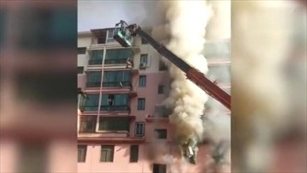 หนุ่มจีนวัย 19 ปี ขับรถเครนช่วย 14 ชีวิต หนีตายไฟไหม้ตึกร้านค้า