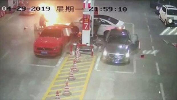 รถชนปั๊มน้ำมันในจีน พนักงานสติดี ดับไฟไหม้ในเวลา 30 วินาที