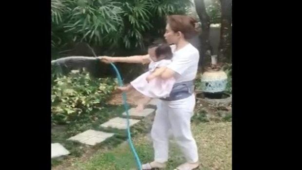 คุณแม่เป้ย ปานวาด กับ งานเลี้ยงลูก และ งานบ้าน งานไหนก็สวยเสมอ