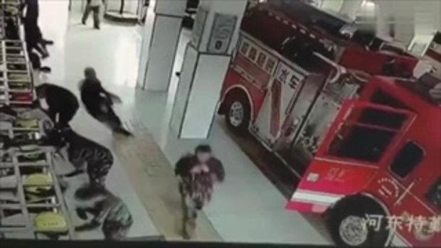 ชาวเน็ตจีนแห่แชร์ คลิปดับเพลิงวิ่งเตรียมตัว เกิดลื่นล้มจุดเดียวกัน 4 คนรวด