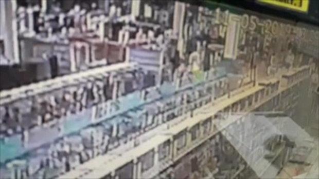 เปิดวงจรปิดนาทีโหด! แทงกันดับกลางห้างดังเพชรบุรี