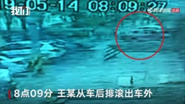 หญิงจีนโดนจับตัวปล้นทรัพย์ มัดมือ-เท้า เทปกาวปิดปาก กลิ้งตกจากรถ