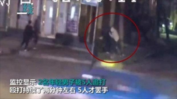 สองหนุ่มโดนรุมกระทืบกลางถนน หลังร้องคาราโอเกะโชว์พลังเสียงสุดทน