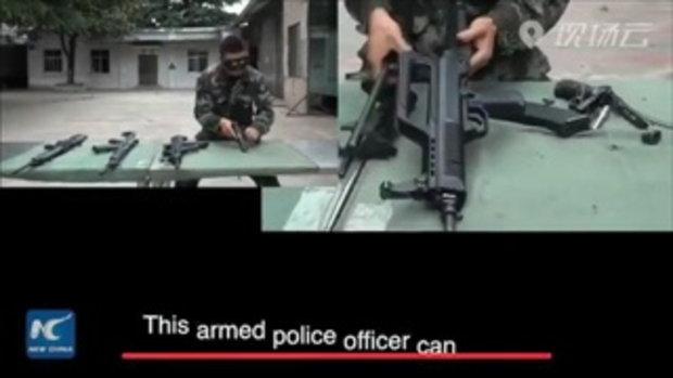 """10 นาที! ตำรวจติดอาวุธจีนโชว์ฝีมือ """"ปิดตา"""" ถอด-ประกอบปืนทั้งสั้นยาว 4 กระบอก"""
