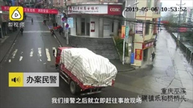 เงิบแรง ชายจีนมัวเล่นมือถือ เดินชนท้ายรถบรรทุกหัวแตก