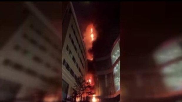 ไฟไหม้ตึก 58 ชั้น แลนด์มาร์คเมืองหนานจิง ชาวเมืองผวาฉากเปลวเพลิง
