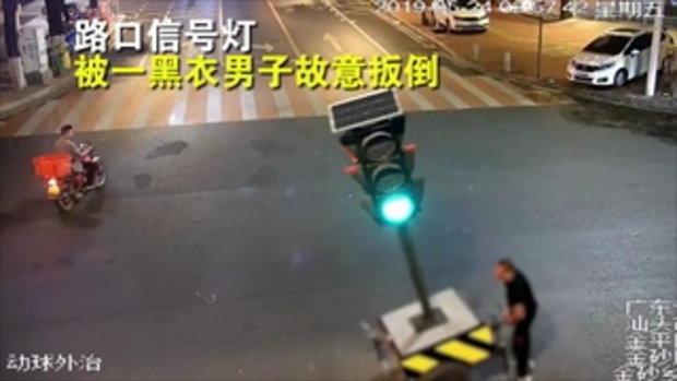 """ชายจีนพังเสาไฟจราจรล้ม """"ระบายแค้น"""" ปีที่แล้วโดนจับ-ปรับเมาแล้วขับ"""