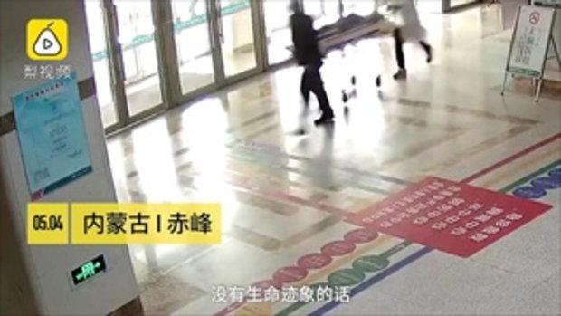 เหนื่อยจนขาสั่น แพทย์จีนปั๊มหัวใจ ช่วยชีวิตชายหยุดหายใจ 50 นาที
