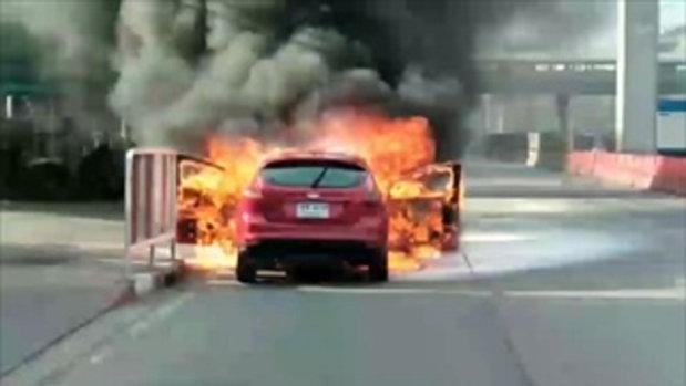 ระทึก! ไฟไหม้ท่วมรถเก๋งฟอร์ด เจ้าของหนีตายหวุดหวิด
