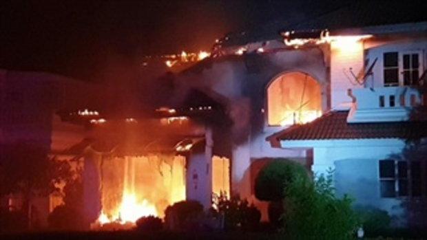 คลิประทึกกลางดึก! ไฟไหม้บ้านหรูมูลค่า 15 ล้าน เจ้าของหนีทันเพราะเพื่อนบ้าน