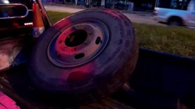 ล้อรถพ่วงวงยักษ์หลุด พุ่งใส่หนุ่มโรงงานขี่รถกลับบ้าน ร่างกระเด็นดับแบบไม่รู้ตัว