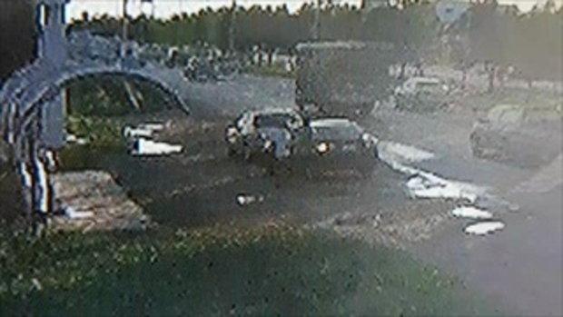 คลิปวงจรปิดหนุ่มอ้างถูกตำรวจใช้ปืนตบหน้า หายไปก่อนกลับมาแจ้งความตอนตี 2