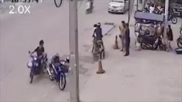 สุดเหี้ยม หนุ่มรัวหมัดใส่สาวริมถนน ตะโกนลั่นเรื่องผัวเมีย