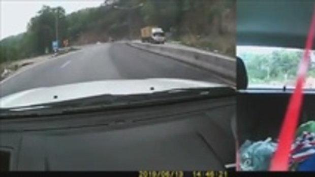 """วินาทีเฉียดตาย!! รถพ่วงเสียหลัก """"เท"""" เม็ดข้าวโพดใส่ โชคดีทั้งคนขับ และผู้โดยสารมีสติ"""