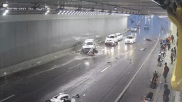 อย่าประมาท!! คลิปวินาที รถยนต์เสียหลักพุ่งชนจยย.จอดหลบฝนใต้อุโมงค์