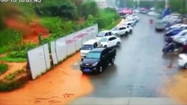 สะพรึง นาทีดินถล่มทับคน-รถในจีน 3 วินาทีกวาดเรียบ ดับ 1 ศพ