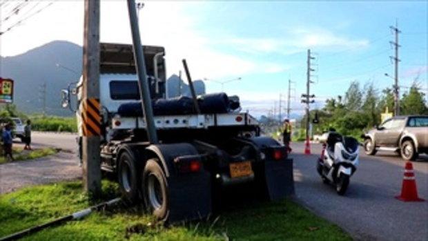 รถเทรลเลอร์ฝ่าไฟแดงหักหลบจักรยานยนต์ ชนเสาไฟจราจรพังยับ