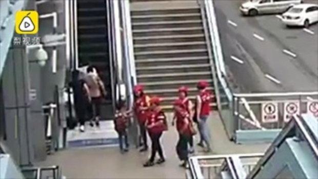 ระทึก สองชายจีนวิ่งสุดชีวิต บันไดเลื่อนในห้างฯ ทรุดตัวถล่มไล่หลัง