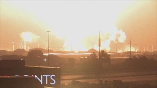สว่างจ้าไปทั่วเมือง นาทีโรงกลั่นน้ำมันระเบิด ลูกไฟลุกโชนพวยพุ่งขึ้นฟ้า