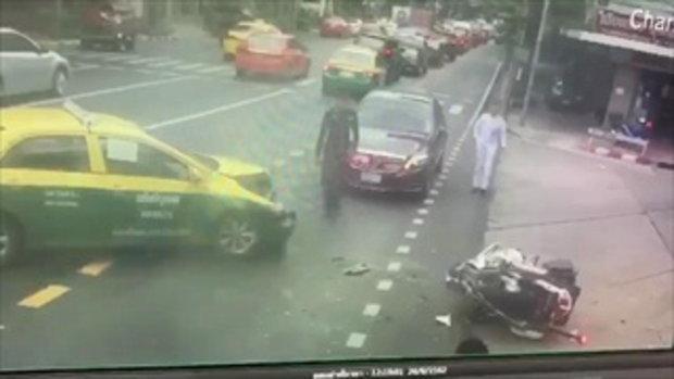 คลิปนาทีระทึก!แท็กซี่พุ่งชนจยย.นำขบวน