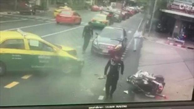 เผยคลิปนาทีระทึก! แท็กซี่พุ่งชนรถจักรยานยนต์นำขบวน รองผู้บัญชาการทหารสูงสุด