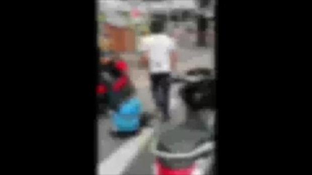 คลิปแท็กซี่ต่อยกับคนขี่มอเตอร์ไซค์ เปิดศึกเดือดกลางถนน ชาวเน็ตสงสารเด็กยืนร้องไห้