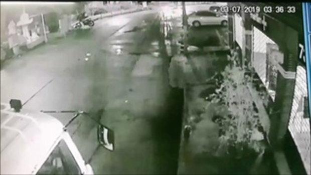 รถจอดหน้าบริษัทโดนชนบุบปริศนา เช็กวงจรปิดจับภาพเก๋งคู่กรณีกลางดึก