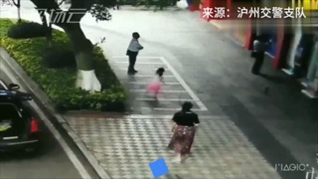 พอดีเบื่อๆ แม่ลูกชาวจีนจอดรถกลางทาง ลงมาตีแบดออกกำลังกายเฉย