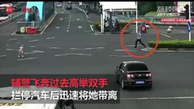 หวาดเสียวทั้งสี่แยก รถเกือบชนเด็กหญิงเดินหลงทาง ตำรวจฮีโร่ฝ่าช่วยได้ทัน