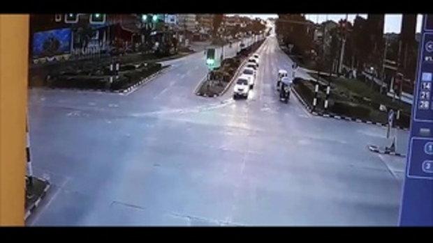 คลิปขี่จักรยานฝ่าไฟแดง กระบะพุ่งชนยับ