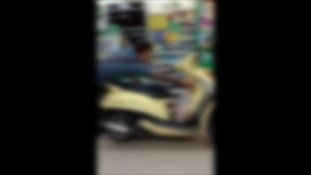 ชาวเน็ตด่าขรม หนุ่มประชดเลิกใช้ถุง ขี่รถมอเตอร์ไซค์เข้าร้านสะดวกซื้อ