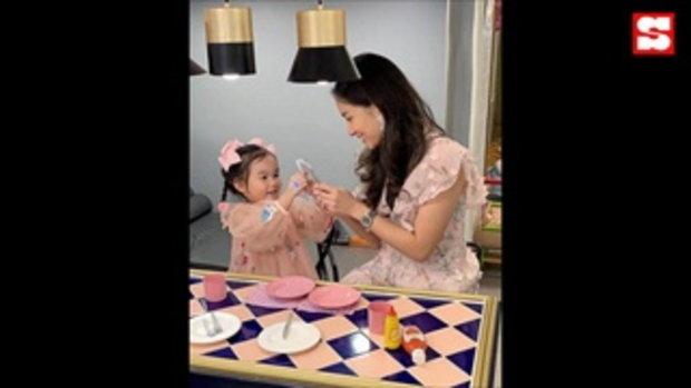 ต่าย ชุติมา สักชื่อ น้องพิพิม ไว้ที่แขน ลูกสาวน่ารักจูบให้กำลังแม่
