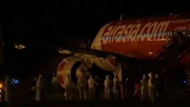 คลิปนาที 138 คนไทยลงจากเครื่องบิน ที่ อู่ตะเภา