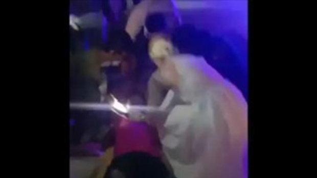 แห่ชื่นชม คู่บ่าวสาวฝรั่ง ลงไปช่วยคนเจ็บทั้งชุดแต่งงาน หลังผ่านมาเห็นอุบัติเหตุ