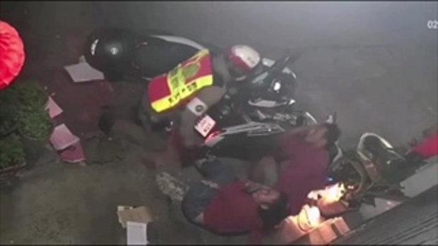 คลิปหนุ่มเมาซิ่งแหกด่าน ตำรวจขับรถตามเสียหลักชนล้มทั้งคู่
