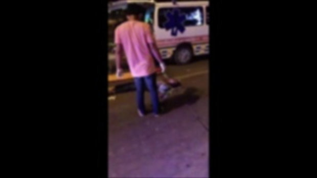 โซเชียลตกใจ คนเจ็บรถชนนอนขาหักพับ-กู้ภัยจับดัดเหยียดตรง ซัดมาช่วยหรือมาซ้ำ