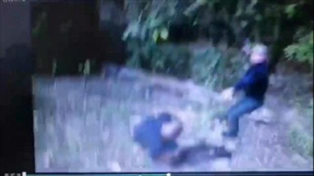 นึกว่าฉากละคร! ตำรวจขี่รถจักรยานยนต์วิบากจับคนร้ายบนดอย ตีลังกาไปหลายตลบ
