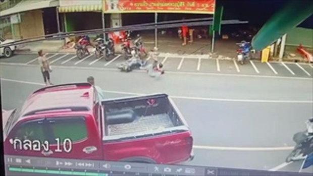 เผยคลิปอุทาหรณ์ จยย.เบี่ยงหลบคนข้ามถนน รถเสียหลักล้มบาดเจ็บ