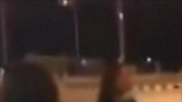 โซเชียลแห่แชร์คลิป แก๊งสาววัยรุ่นโชว์ปีนรูดเสาไฟฟ้า-เต้นกลางสี่แยก เย้ยเคอร์ฟิว
