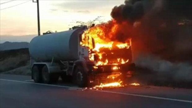 ระทึก ไฟไหม้รถบรรทุกน้ำกลางถนนแม่สอด คนขับกระโดดหนีตาย