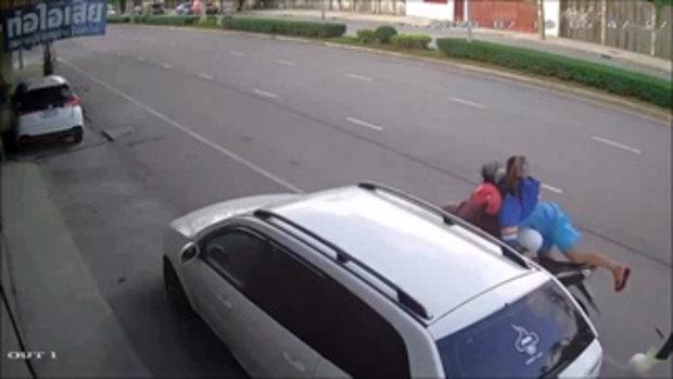 สาวขี่หักหลบ จยย.ย้อนศร ชนท้ายรถจอดข้างทาง ดับสลดเพราะคนมักง่าย