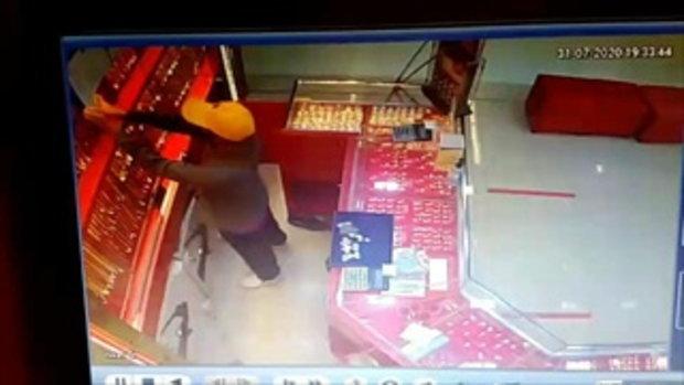 คลิปนาทีคนร้ายบุกจี้ชิงทรัพย์ร้านทองห้างโลตัส สาขาบึงกาฬ