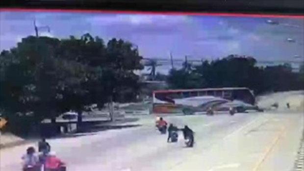 คลิปสลด! จยย.พุ่งชนลวดสลิง ขณะรถบรรทุกลากจูงข้ามถนน เสียชีวิต 2 ราย
